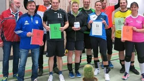 Hatten sichtlich ihren Spaß: die teilnehmenden Mannschaften am traditionellen Kaktus-Turnier der Volleyball-Abteilung des FC Ehekirchen.