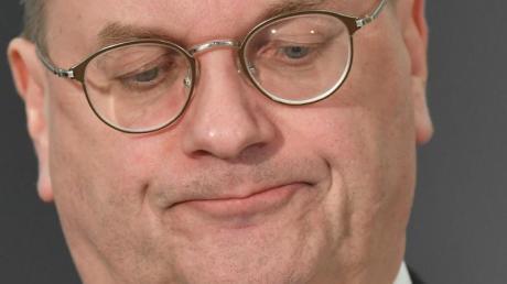 Reinhard Grindel droht wegen der beim Zoll nicht deklarierten Einfuhr einer Luxus-Uhr juristischer Ärger.