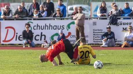Kammlachs Neuzugang Peter Müller (Nummer 20) räumte im Mittelfeld auf – und in dieser Szene den Ottobeurer Markus Kofler ab.