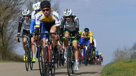 Bei herrlichem Frühlingswetter hatten die Radrennfahrer beim Schwarzbräupreis in Zusmarshausen wenig Blicke für die herrliche Landschaft übrig. Sie mussten sich auf die Strecke konzentrieren.