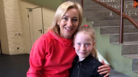 Emilia Burghardt mit ihrem großen Vorbild, der Paarlauf-Olympiasiegerin von 2018, Aljona Savchenko.