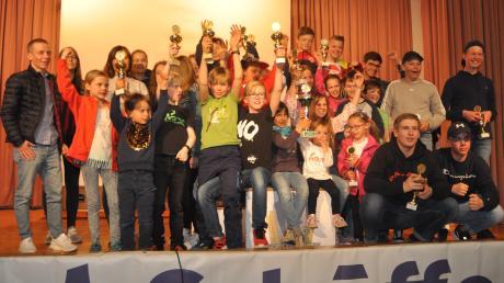 Strahlende Gesichter gab es bei der Gesamtsiegerehrung des Schöffel-Kids-Cup. Das Team der DJK Leitershofen holte die Mannschaftswertungen.