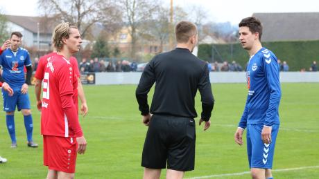 Schiedsrichter-Lehrwart Sebastian Stadlmayer in Aktion.