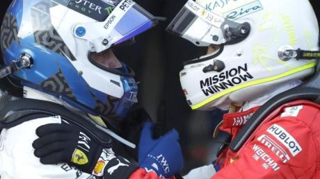Sebastian Vettel (r) gratuliert nach dem Rennen in Baku Valtteri Bottas zum Sieg. Foto: Sergei Grits/AP/dpa
