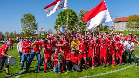 Es ist vollbracht: Der SV Oberegg hat gestern das Finale um den Kreispokal gegen den TSV Buching/Trauchgau gewonnen und feierte den ersten von zwei möglichen Titelgewinnen in dieser Saison anschließend ausgiebig mit seinen Fans.