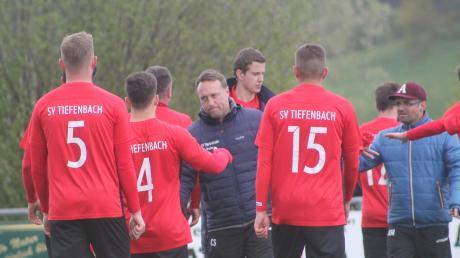 Man sieht es Tiefenbachs Trainer Christoph Schregle (Mitte) an: Seine Mannschaft musste lange gegen das tapfere, nie aufgebende Schlusslicht SV Beuren verbissen kämpfen, bis die entscheidenden Treffer zum 4:1-Sieg fielen.