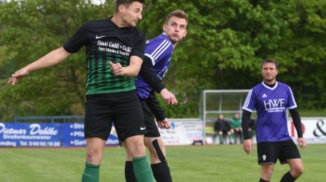 Der TSV Harburg (mit Manuel Fensterer, links) entschied das Verfolgerduell gegen den TSV Wemding mit 2:1 knapp für sich. Das Team liegt aber noch drei Punkte hinter dem Relegationsplatz zurück.