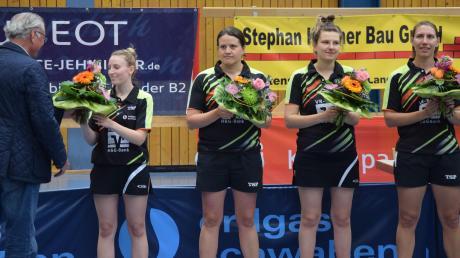 Abschiedsstimmung herrschte beim Drittliga-Meister TTC Langweid vor dem letzten Spiel bei Sarah Alzinger, Martina Erhardsberger, Martyna Dziadkowiec und Katharina Schneider. Vorsitzender Alfons Biller betätigte sich als Rosenkavalier.