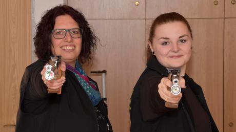 Bianca Kallenbach (links) und Laura Heidler sind erfolgreiche Sportschützinnen, nicht nur für ihren Verein Eichenlaub Zusamzell, mit dem sie Meister der Bezirksoberliga geworden sind, und nicht nur im Schützengau Wertingen.