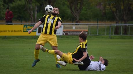 Hart zur Sache ging es zwischen dem TSV Diedorf und dem VfR Foret. Behar Murseli (am Ball) und David Wörl kämpfen hier gegen Melih Arslan.