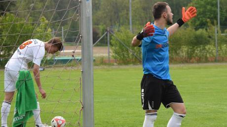 Aystettens Torhüter Alexander Bernhardt wurde von seinen Vorderleuten oft schmählich im Stich gelassen. So mussten die Cosmos-Kicker (links Maximilian Heckel) in Illertissen den Ball neun Mal aus dem Tor holen.
