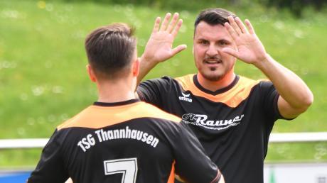 Thannhausens Spielertrainer Anil Zambak (rechts) verabschiedete sich mit einem Doppelpack von seinem Team.