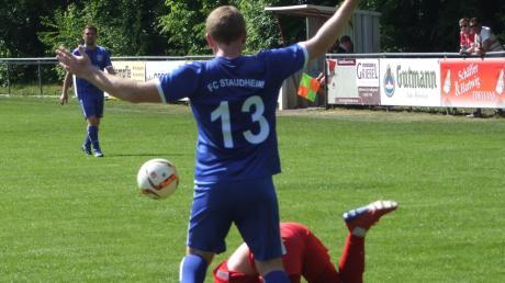 Ausgerutscht: Daniel Vetter (am Boden) und seine Teamkollegen vom FC Zell/Bruck mussten sich daheim dem FC Staudheim (stehend Dominik Sager) mit 3:6 geschlagen geben.