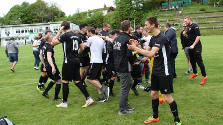 Nach dem Schlusspfiff feierte das Team des TSV Schwabmünchen II auf dem Rasen ausgelassen den gelungenen Schlussakkord einer insgesamt ziemlich unbefriedigenden Saison.