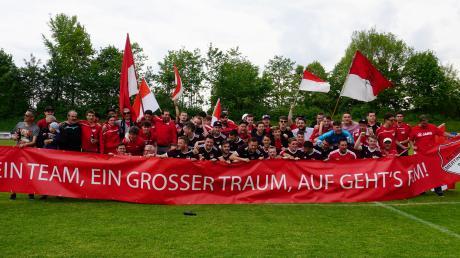 Ein Team, ein großer Traum – den Traum vom Titel hat sich der FC Mertingen nun erfüllt. Ab der neuen Saison spielt das Team in der Bezirksliga. Viele Fans hatten das Team in Wertingen unterstützt.