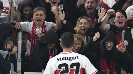 Der Joker hat gestochen: Mario Gomez feiert mit den VfB-Fans seinen Treffer zur zwischenzeitlichen 2:1-Führung. Am Ende aber stand ein mageres 2:2.