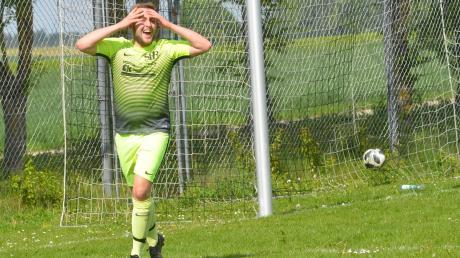 Tobias Rohrer freut sich über sein hundertstes Tor beim Spiel gegen den SC Eurasburg. Nun kann Bachern den Aufstieg perfekt machen.