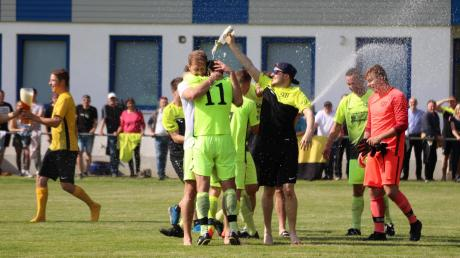 In Bachern knallten nach dem Sieg gegen die TSG Augsburg die Sektkorken. Das Team spielt in der kommenden Saison wieder in der Kreisklasse.