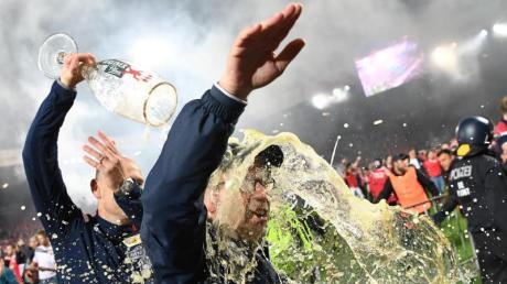 Union-Trainer Urs Fischer bekommt eine ordentliche Bierdusche verpasst. Nach dem Aufstieg der Berliner in die Bundesliga wurde kräftig gefeiert.