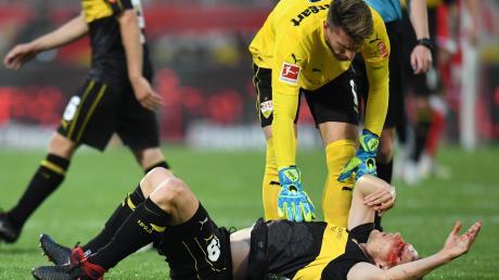 Holger Badstuber stand gestern Abend sinnbildlich für den Zustand seines VfB Stuttgart. Bei einem Zusammenprall mit seinem Mannschaftskollegen Ozan Kabak zog sich der Innenverteidiger eine stark blutende Platzwunde zu. Sehr viel länger dürfte aber schmerzen, dass die Schwaben aus der Bundesliga abgestiegen sind.