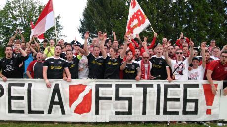 Spieler und Fans der SpVgg Krumbach feierten ausgelassen den Doppelaufstieg und damit ein einmaliges Jahr für den kleinen Krumbacher Verein.