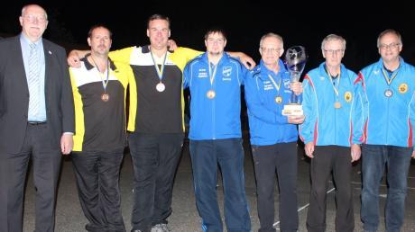 Der Stellvertretende Landrat Reinhold Bittner (links) überreichte den Pokal an den Sieger aus Tagmersheim. Rechts im Bild das zweitplatzierte Team aus Donauwörth, die Nordheimer (in Gelbschwarz) wurden Dritter.