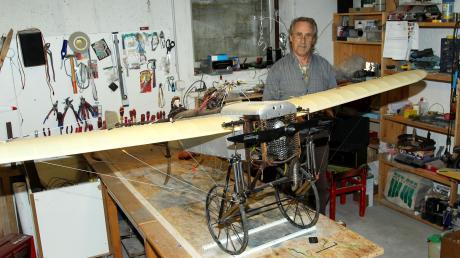 Siegfried Beisls ganzer Stolz: Am Nachbau der Bleriot XI, einem Flugzeug, das zu Beginn des 20. Jahrhunderts in die Lüfte stieg, bastelte der Modellflugpilot zwei Winter lang – und es ist immer noch nicht ganz ausgereift.