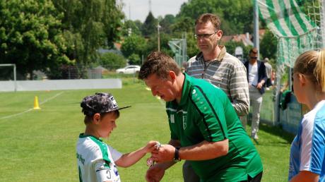 Organisator André Wolf überreicht beim Stätzlinger Vatertagsturnier die Medaillen und Pokale an die Spieler.