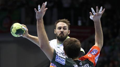Absolviert seine 13. Spielzeit bei Frisch Auf Göppingen: Nationalspieler Tim Kneule (am Ball, hier gegen den Magdeburger Piotr Chrapkowski). Der gebürtige Reutlinger ist seit der laufenden Saison Kapitän seines Teams.