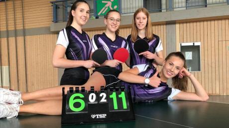 Die Tischtennis-Mädchen des TSV Binswangen freuen sich über den Klassenerhalt in der Bezirksoberliga. Von links: Annika Wiedemann, Carina Wiedemann und Celina Köchl. Liegend: Julia Sendlinger.