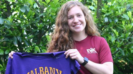 Sophia Eifler mit den Trikots ihrer beiden Teams Albany University und DJK Breitenthal.