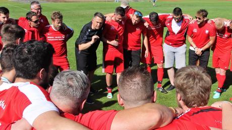 Schon gleich nach dem Ende des letzten Punktspiels in Illerrieden stimmte Trainer Thomas Kühn (hinten Mitte) die Mannschaft des FV Gerlenhofen auf die Aufstiegs-Relegation ein.