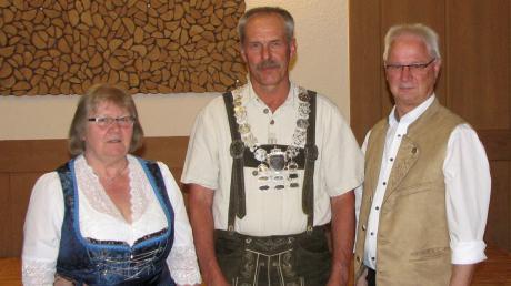 Schützenmeisterin Hildegard Reimchen (links) und Gauschützenmeister Peter Haug (Altomünster, rechts) gratulierten Johann Michl aus Taiting der mit einem 6,2-Teiler der erste VG-König wurde.