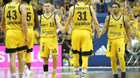 Luke Sikma (l-r), Landry Nnoko, Martin Hermannsson, Rokas Giedraitis und Peyton Siva klatschen sich nach einem Sieg ab.