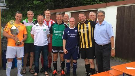 Es zeigt die Spielführer der teilnehmenden Vereine mit den beiden Vorsitzenden des SSV, Anton Schmid und Otto Hochmuth.