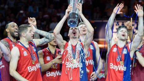 Die Basketballer des FC Bayern München feiern ihren fünften Meistertitel.