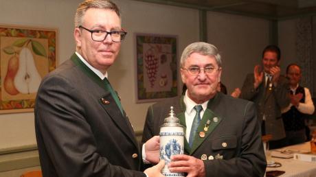Der neue Gauschützenmeister Wolfgang Maschenbauer (links) überreicht seinem Vorgänger und jetzigen Ehren-Gauschützenmeister Paul Kölbl einen Krug als Dankeschön für seinen Einsatz für den Gau Friedberg.