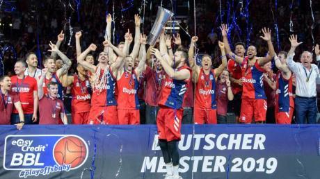 Die Spieler von München feiern die Meisterschaft.