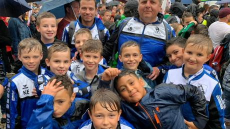 Ließen sich auch vom Regen die gute Laune beim Festeinzug nicht verderben: Die E–Jugendlichen des Kissinger SC.