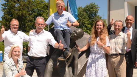 Daumen hoch für den Landkreislauf: Mit der Sportbeauftragten des Landkreises Augsburg, Barbara Wengenmeir (links), freuen sich Bürgermeister, Vereinsvorsitzende und Sponsoren auf das Großereignis.