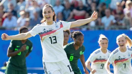 Sara Däbritz von der deutschen Fußball-Frauennationalmannschaft freut sich über ihr Tor zum 2:0 gegen Nigeria. Am Samstag treten sie und ihr Team im Viertelfinale an. Public Viewings sind in der Region aber Mangelware.