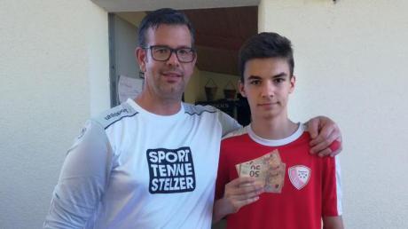Gut gemacht: Der Sportliche Leiter der JFG Donaumoos, Alexander Hemauer (links), überreicht Justin Kraus (rechts) die 150-Euro-Siegprämie.