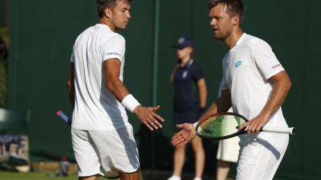 Müssen in Wimbledon bereits wieder abreisen: Kevin Krawietz (r) und Andreas Mies. Foto: Alastair Grant/AP