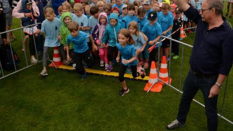Bürgermeister Manfred Nerlinger schickte die Kinder und Jugendlichen auf ihre sechs Strecken.