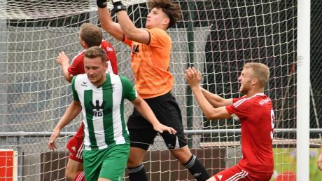 Fabio Kühn (links) hatte den FCG vom Turniersieg träumen lassen. Bis Keeper Dominik Dewein (Mitte) gegen Mering mit dem Abpfiff bezwungen wurde.