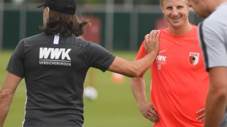 FCA-Trainer Martin Schmidt begrüßt Martin Hinteregger mit einem Schulterklaps. Schmidt würde gerne mit dem Österreicher weiter arbeiten.