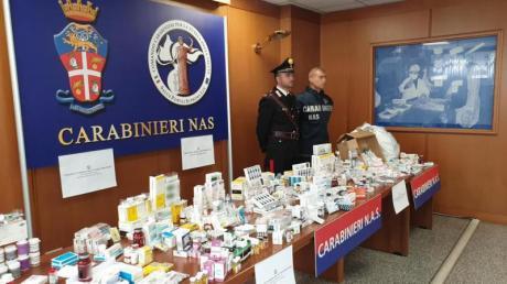 Italienische Carabinieri präsentieren beschlagnahmte Dopingmittel. Foto: Ufficio Stampa Comando Generale Carabinieri/dpa