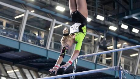 Am Stufenbarren erreichte Janine Berger das Finale der Universiade. Unser Foto zeigt sie bei ihrer Barrenübung.