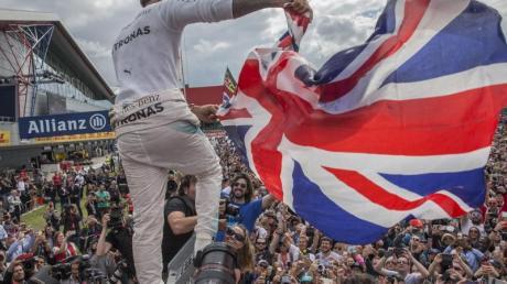 Heimsieg: Lewis Hamilton wird nach seinem Erfolg 2018 in Silverstone von den Fans gefeiert.