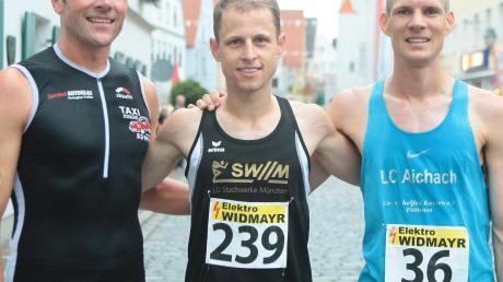 Schnellste Männer: Benjamin Dillitz (Mitte) gewinnt den Aichacher Stadtlauf zum dritten Mal in Folge und stellt dabei einen neuen Streckenrekord auf. Auf Platz zwei und drei: Michael Harlander (rechts) und Alexander Wehle.
